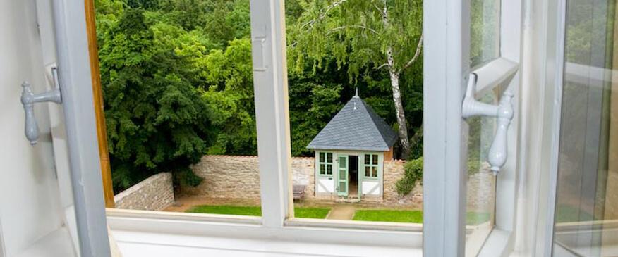 Blick aus einem Gästezimmer auf den Garten der Stiftsdamen