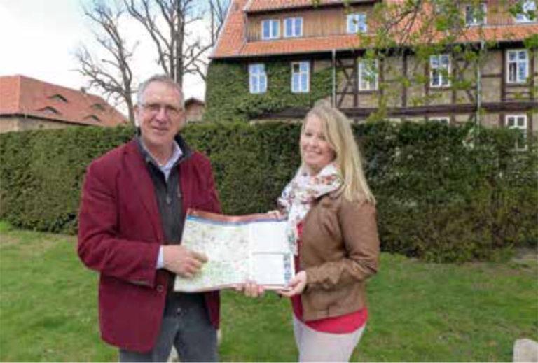 Geoparkleiter Dr. Klaus George übergibt die neue Geopark-Karte an Alica Zahn vom Kloster Drübeck. (Foto: RVH)