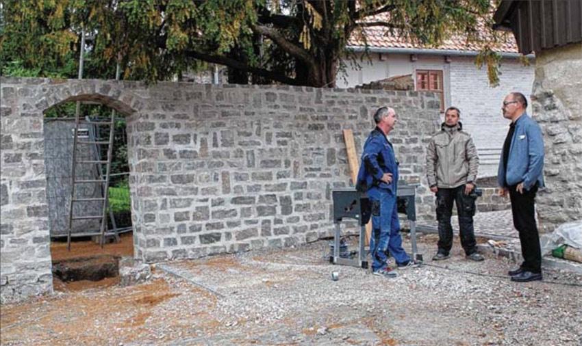 Kloster-Geschäftsführer Karl-Heinz Purucker informiert sich bei den Handwerkern Matthias Feuerstacke und Thomas Jachszik (von rechts) über den Fortgang der Arbeiten. Foto: Jörg Niemann
